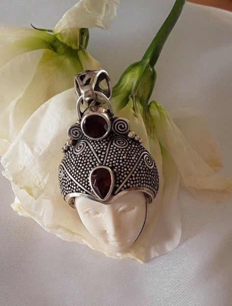 AGNES CREATIONS / Rare Pendentif Argent 925 visage Os sculpté & 2 Grenats rouges