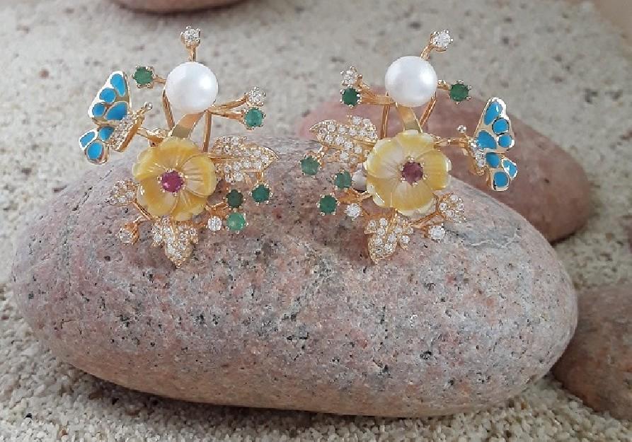Boucles d'oreilles de créateur Fleur Papillon ornées de Perle, émeraude & rubis en Vermeil
