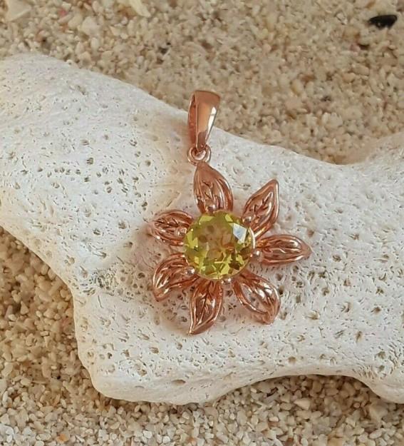 Pendentif de Créateur Fleur orné de Péridot Vert en Vermeil